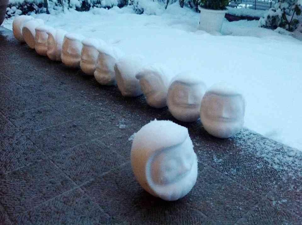 「だるま弁当」の空き箱使ったリアル雪だるまが完成度高い