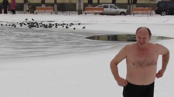 凍った池に見知らぬ犬が落ちた!救助が来る前に死んでしまうかも!後先顧みず助けた男性