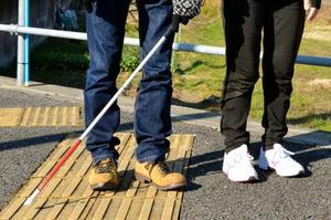 視覚障害者が「白杖」で音を立てる理由 「うるさい」と怒鳴らず理解を