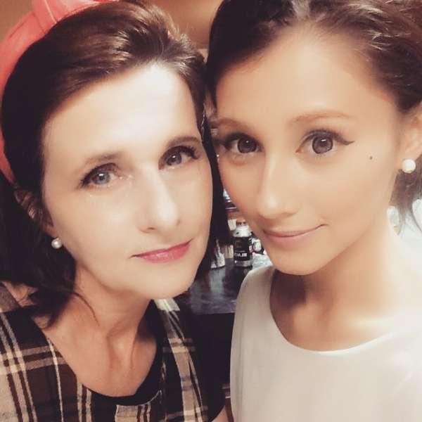 【奇跡の52歳】どっちがお母さん? 美魔女な母&モデルの娘がマジのマジで美しい