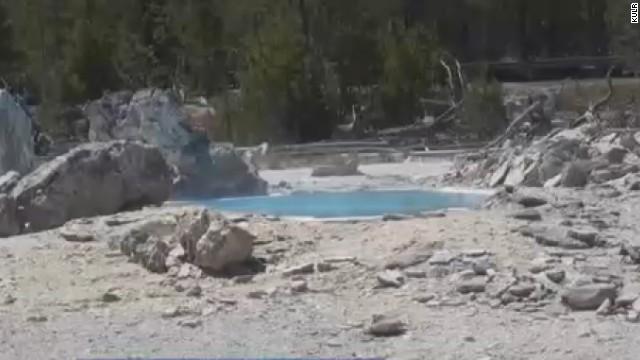 酸性の熱水泉に転落死、遺体溶けてなくなる 米国立公園