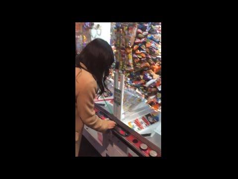 【Twitterで話題】 JKがUFOキャッチャーでうまい棒を大量GET → 取り方が不当として半分没収される 【ゲームセンター】 2015年12月21日 - YouTube