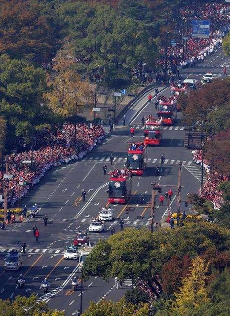 広島優勝パレードに世良公則、堂珍嘉邦も熱視線