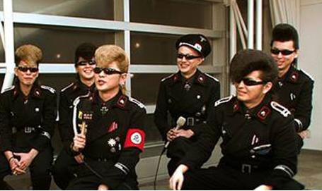 レディー・ガガ、MJイメージした衣装が「ナチスみたい」と非難を浴びる