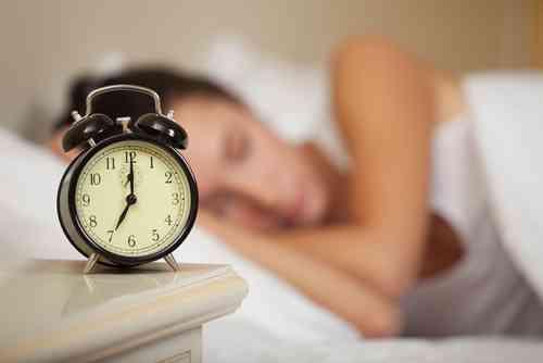 睡眠時間 6時間未満が最多4割 その半数「日中に眠気」