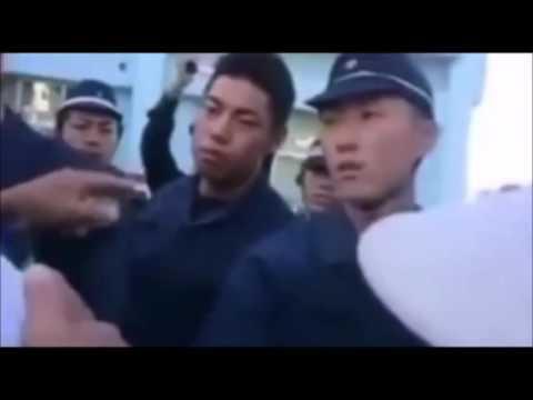 【胸糞】沖縄基地反対派に殴られる警察 - YouTube