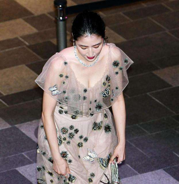 長澤まさみ 透けドレスでセクシー胸元