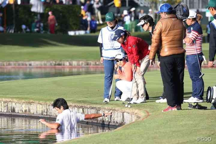 キャディーに投げたボールが池へ 大捕り物も見つからず ルールを知らないゴルファーも続出