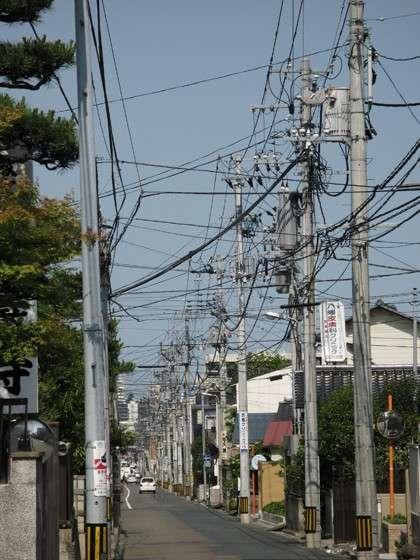 たった1kmで4億円…壮大な「無・電柱化」計画頓挫か、いまだに毎年7万本も新設