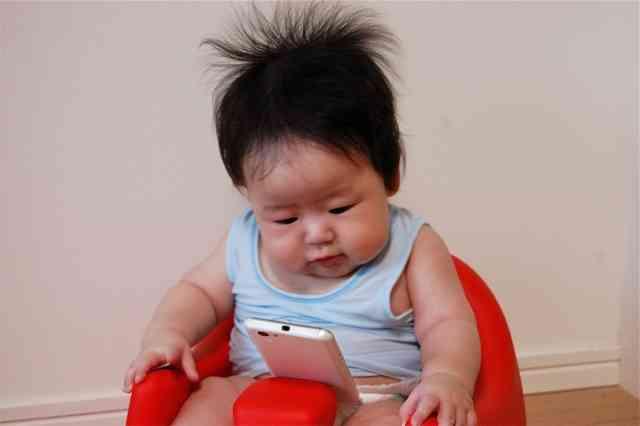 """ベビーカーに乗ってスマホを触る赤ちゃん…スマホ子守は""""母親の甘え""""なのか?"""
