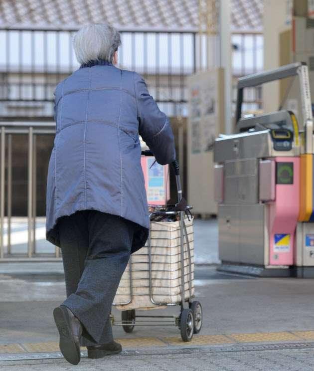 自治体、2040年に半数消滅の恐れ 人口減で存続厳しく  :日本経済新聞