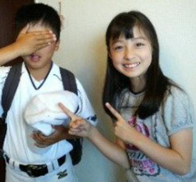 橋本環奈、双子の兄とのツーショットを初披露…「いい双子の日」に