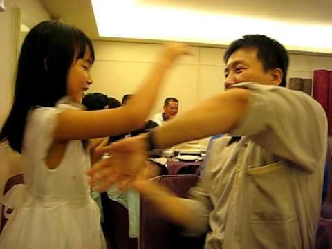 爸爸和女兒在喜宴中大打出手(爸爸--詠春拳,女兒--亂打) - YouTube
