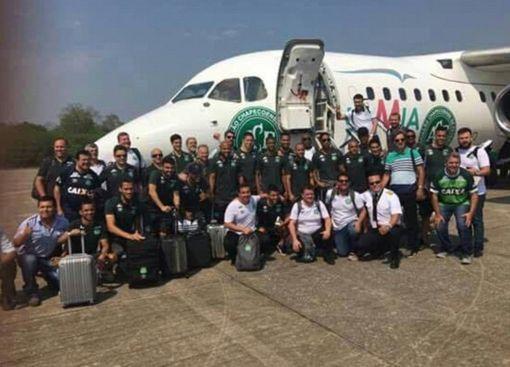 南米コロンビアでチャーター機墜落 ブラジルのサッカー選手ら72人搭乗