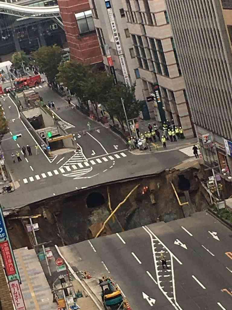 博多駅前 2丁目交差点付近の道路が陥没し大きな穴 周辺が停電やガス漏れ