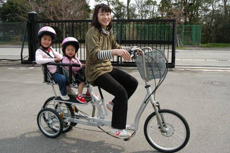 子ども3人乗せた自転車と車衝突 母子4人けが