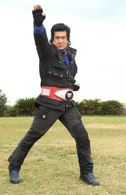藤岡弘、子ライオンと対決し首をかまれる