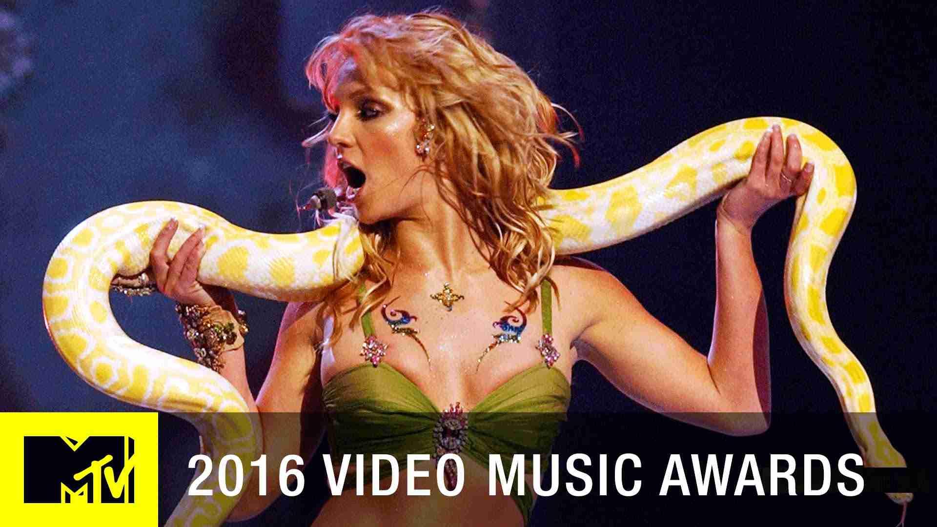 Britney Spears 'I'm a Slave 4 U' 2001 VMA Performance | MTV - YouTube