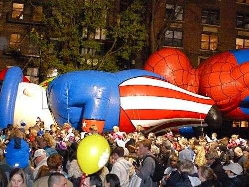 NYの感謝祭パレードの風物詩「巨大バルーン」が残念すぎる姿に…汗