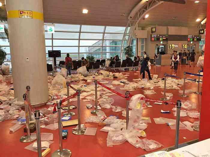 中国人観光客が去ったあとの空港ロビーがゴミ捨て場のように その写真が酷すぎる | ゴゴ通信