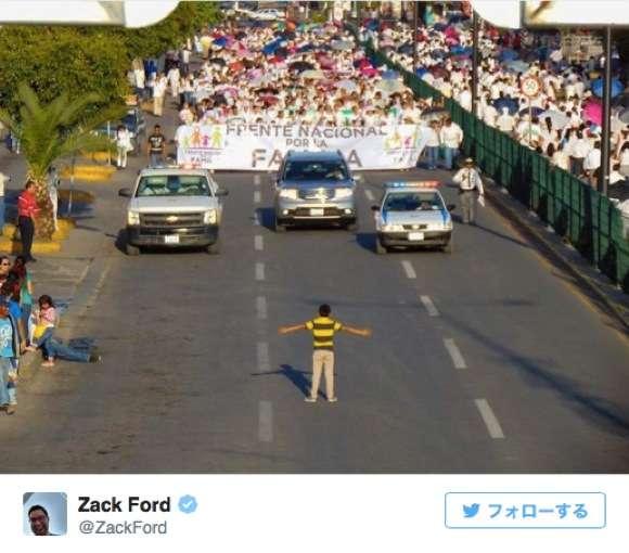 """1万人もの """"反同性愛婚デモ"""" の前に12歳の少年がたった1人で立ちはだかり話題"""