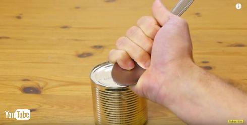 緊急時にこれは使える…! 缶詰めをスプーン1本で開ける方法