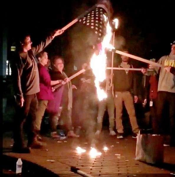 トランプタワーに数千人 全米で抗議 一部暴徒化、ガラス割り国旗燃やす
