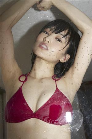 NMB48山本彩、念願の女性誌初表紙で美腹筋披露「嬉しい! 恐れ多い!」