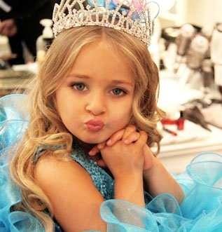 【衝撃】海外の美少女コンテスト出場者が子どもとは思えない出で立ち 親には批判の声も