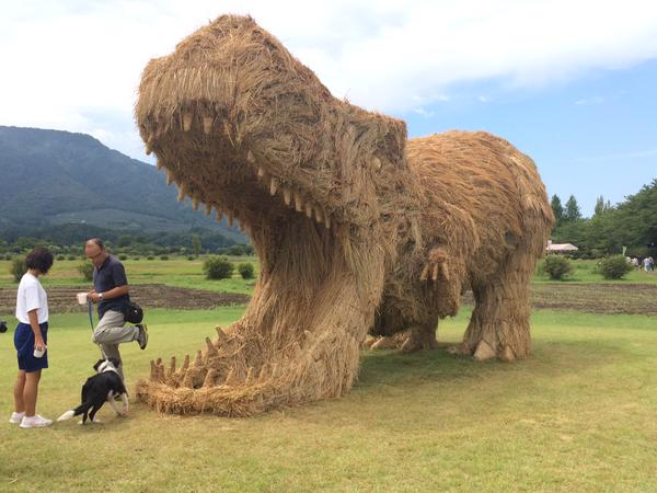 ド迫力の恐竜!稲わらで作った巨大な「わらアート」が凄いと話題に