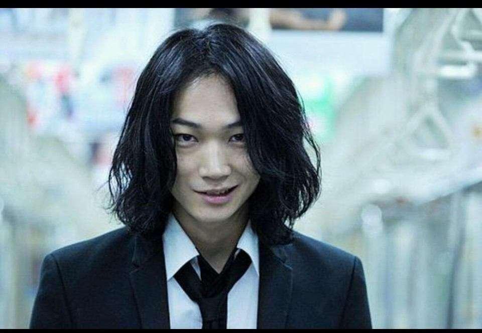 綾野剛、鍛え抜かれた美背中披露に「眩しすぎる」の声