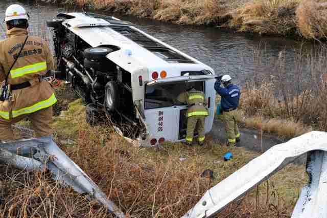 スクールバスが川岸に転落、講師を酒気帯び運転容疑で逮捕 盛岡
