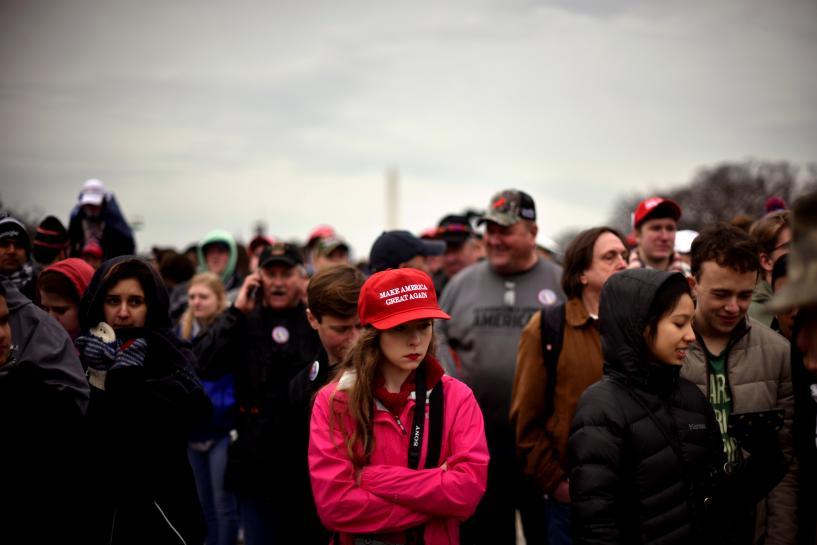 路上販売の赤いトランプ帽は外国製、就任式参加者に衝撃広がる   ロイター