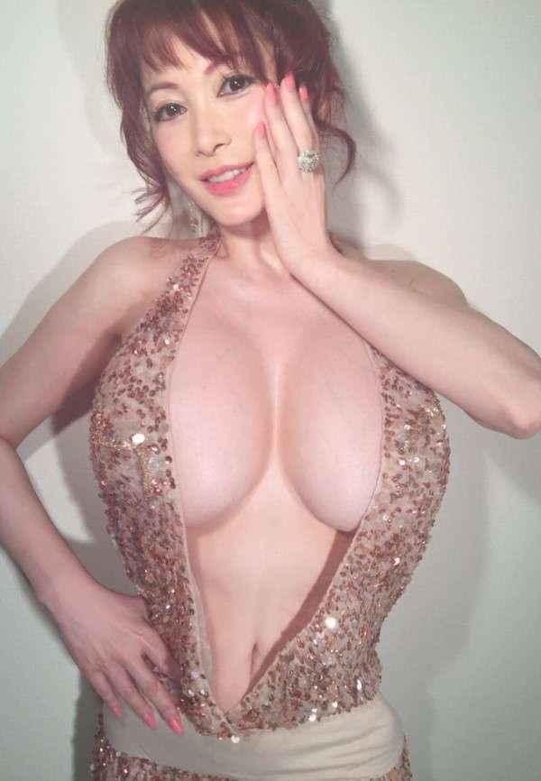 セクシー過ぎる叶美香、「童貞を殺すセーター」を披露