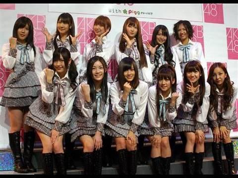 AKB48が50人集合「桜の栞」熱唱 - YouTube