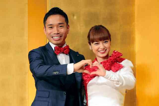 インテル長友佑都「子供11人欲しい」 平愛梨さんと婚約会見 プロポーズはピッチで
