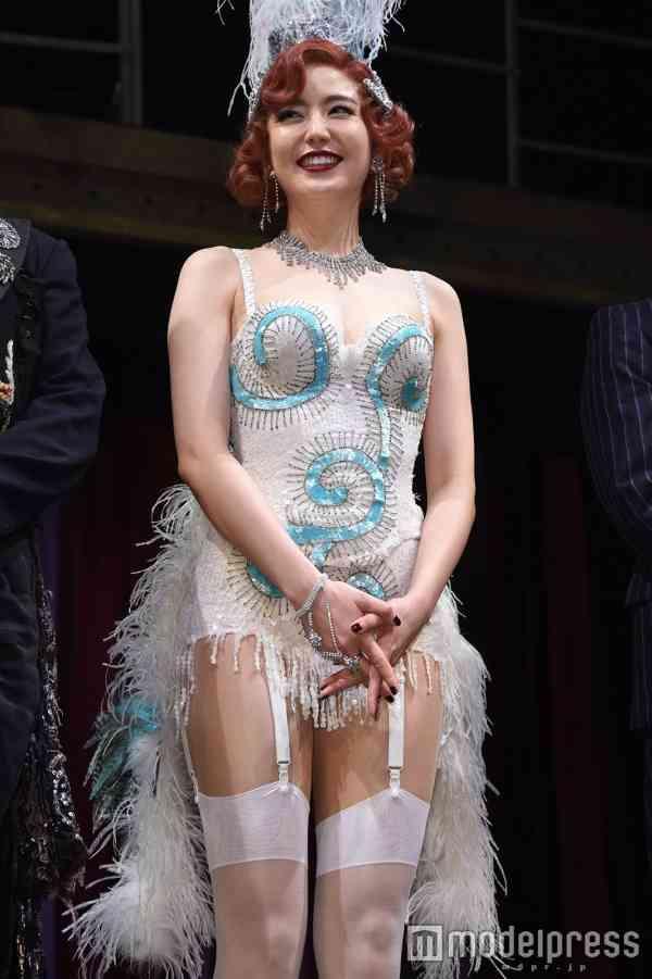 """長澤まさみ、谷間ザックリ&SEXYガーター姿を披露 共演者に""""キスの指導""""も? - モデルプレス"""