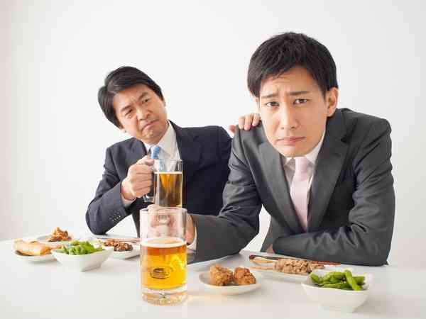 飲み会好き上司に苦悩する若者たち「家庭を崩壊させる気か」