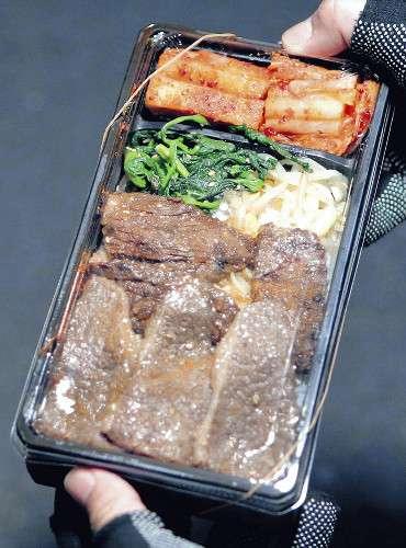 清原和博被告、張り込み報道陣に焼き肉弁当差し入れ