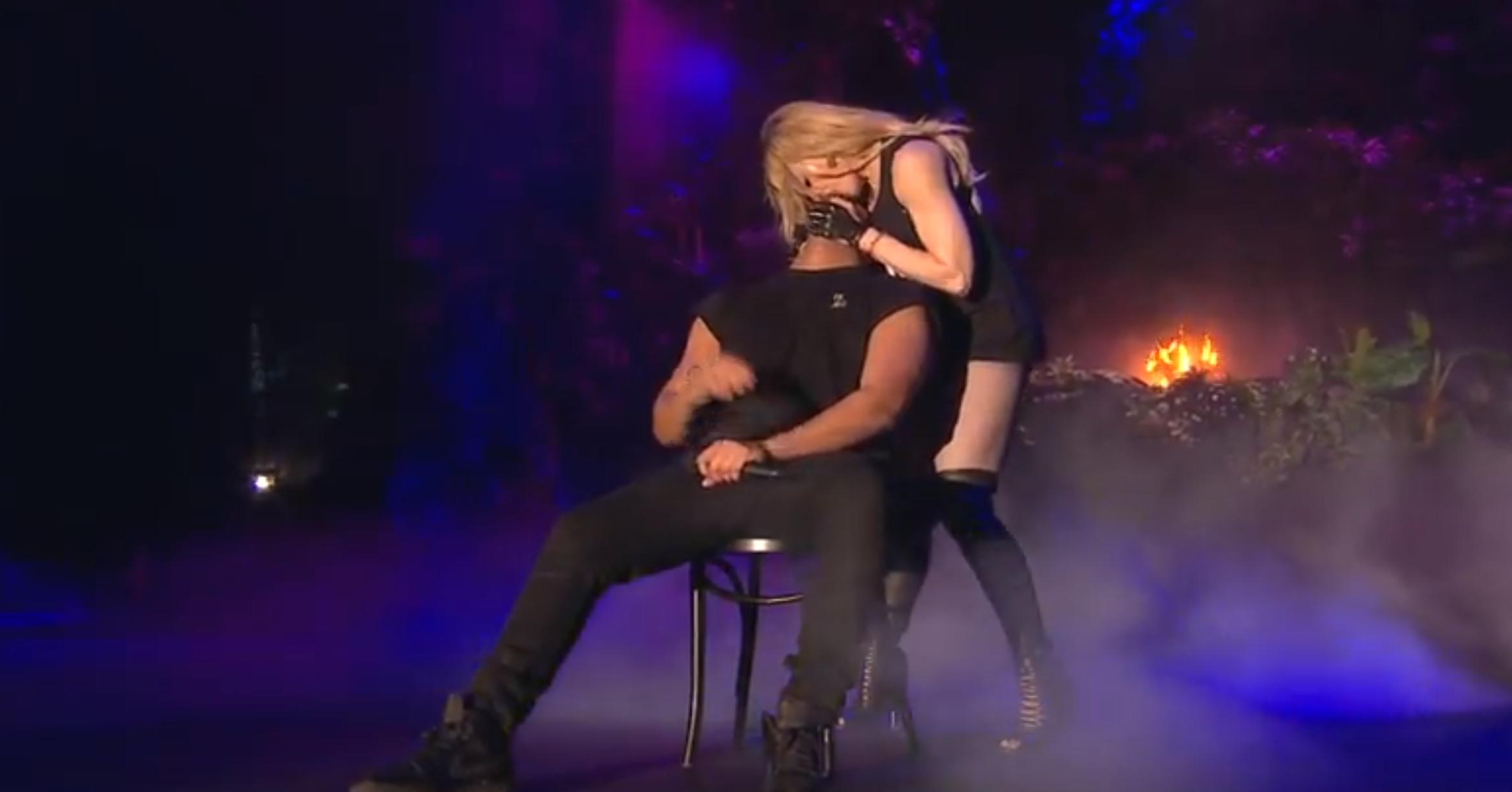 マドンナから濃厚キスされたラッパーのドレイクが吐き気、オエーッとなる【動画】