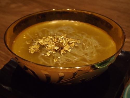 純金製どんぶりで頂く鶏がらスープのお味は? 『宮崎地鶏炭火焼 車』の「金」ラーメンを食べてみた | ガジェット通信