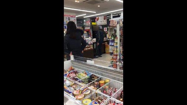 コンビニで店員を恫喝し土下座を要求する男性が居合わせた客によって撮影され一晩で20,000回拡散