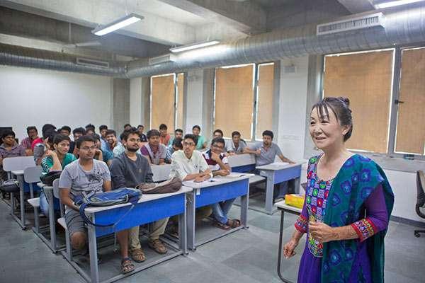 約束を破っても「ノープロブレム」 インドで人気の日本人教授 - ライブドアニュース