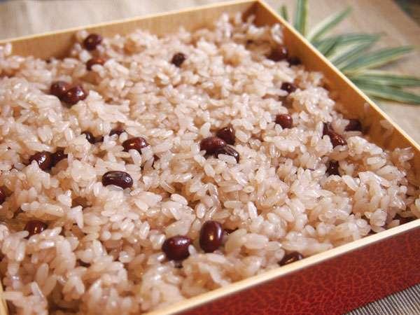 「初潮の時に赤飯を炊いて祝う」文化に反対する意見が話題
