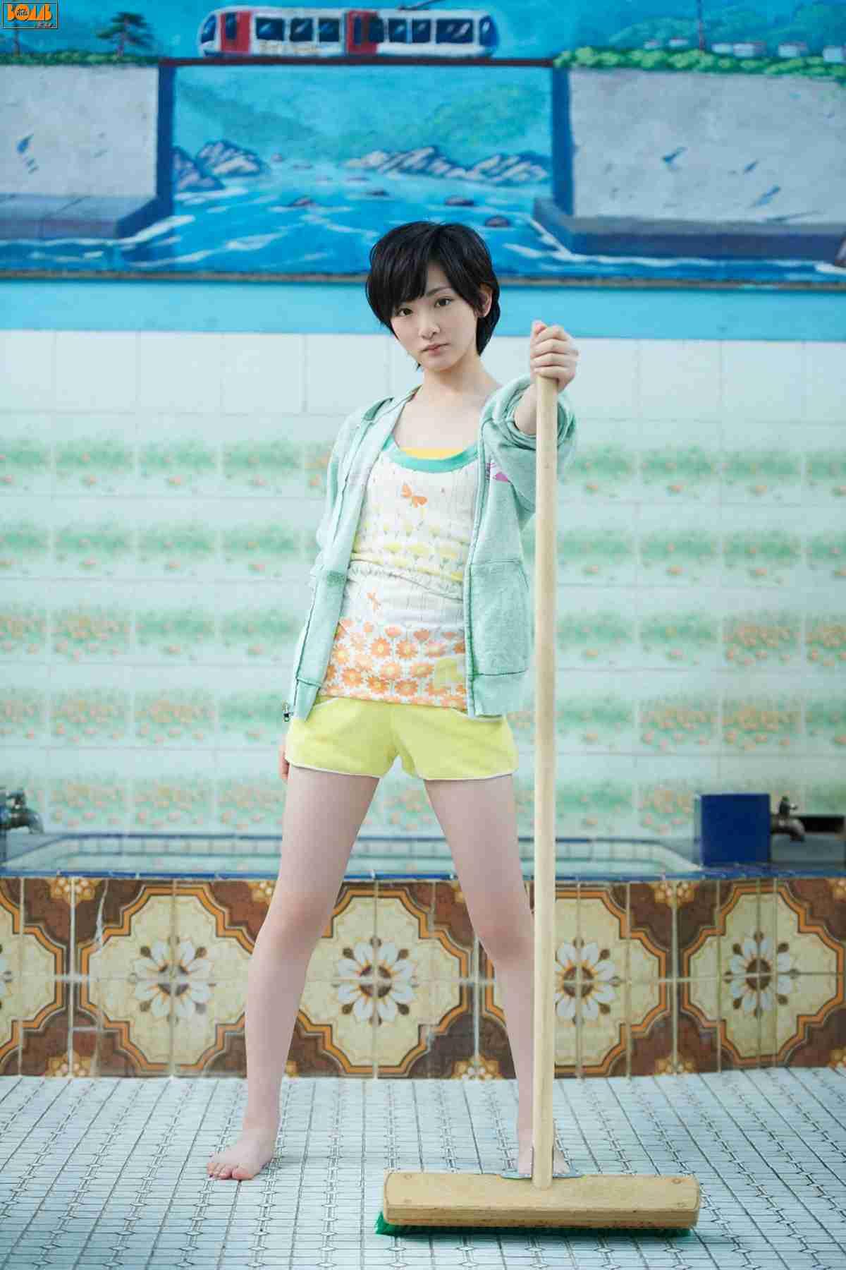生駒里奈さんのショートパンツ姿
