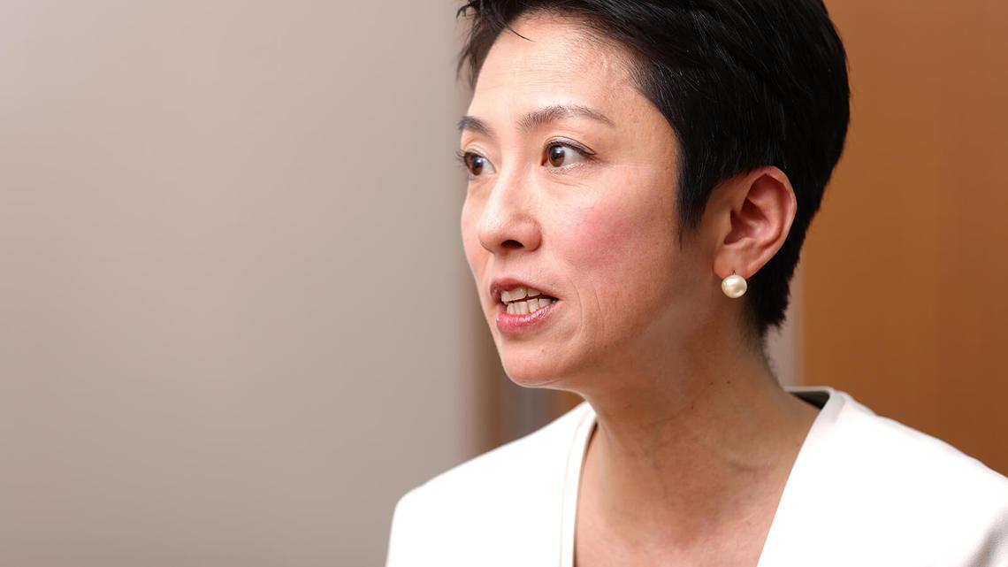 民進党・蓮舫代表が参院本会議中にスマホを隠していじっていた 『週刊新潮』が報じ話題に