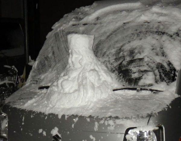 これが軽自動車999か…!車の上に作られたメーテル雪像が話題