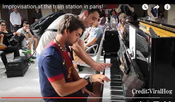 【再生数850万超】パリの駅で互いに見知らぬ男性2人がピアノを即興演奏 → 素晴らしいサウンドに拍手喝采! | ロケットニュース24