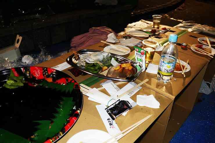 【大炎上】激怒! 花見で食い散らかしてゴミもシートも放置 / 仕方なくホームレスやボランティアが掃除 | バズプラスニュース Buzz+