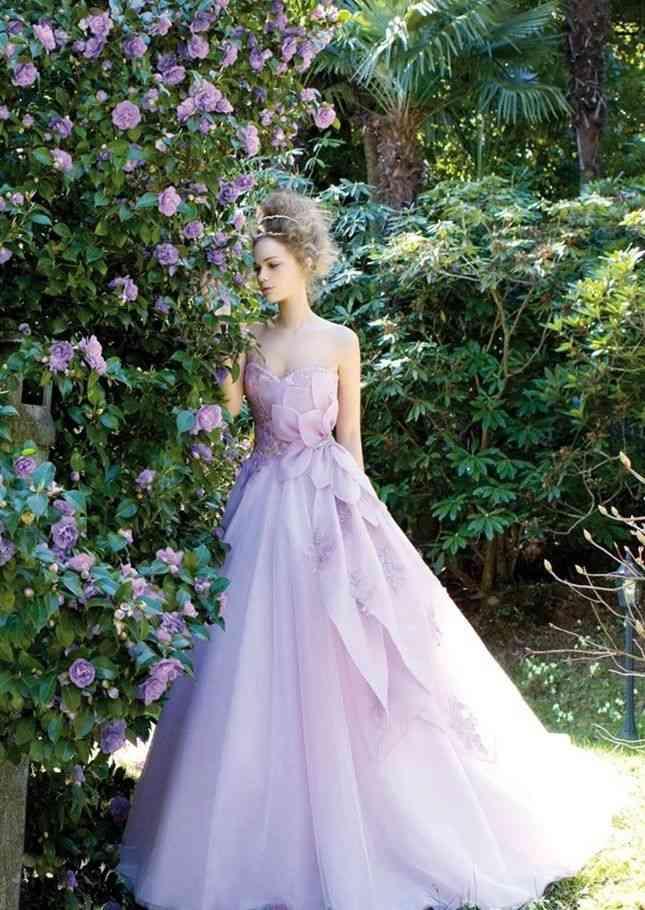ウエディングドレスのモデル写真を貼るトピ